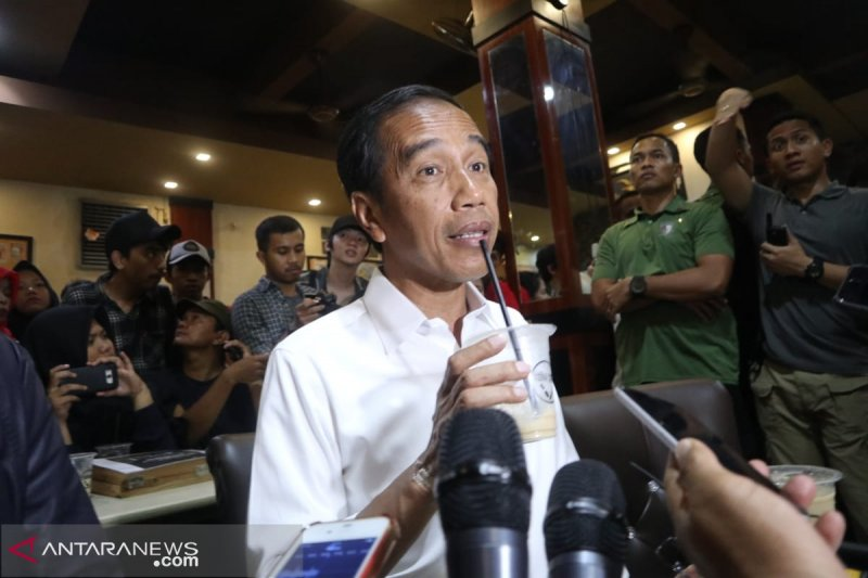 Tangan Jokowi Luka Saat Salaman dengan Warga, Ibu Iriana Sigap Memasang Plester