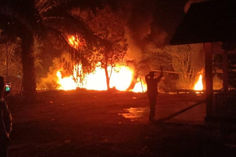 Kapal pengangkut BBM terbakar saat proses pemindahan
