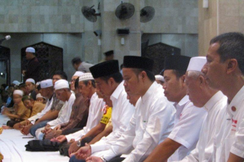 Di tengah kampanye, Jokowi Salat Magrib berjamaah di Banjarmasin