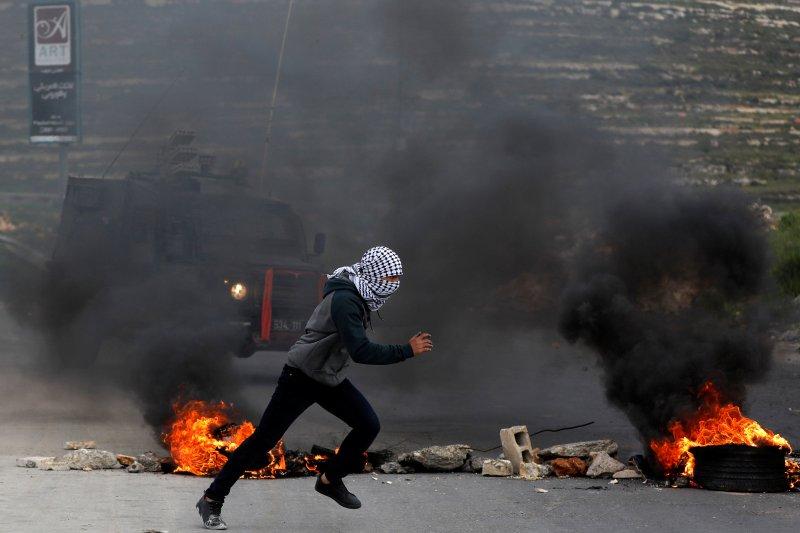 Puluhan orang Palestina sesak nafas akibat gas air mata