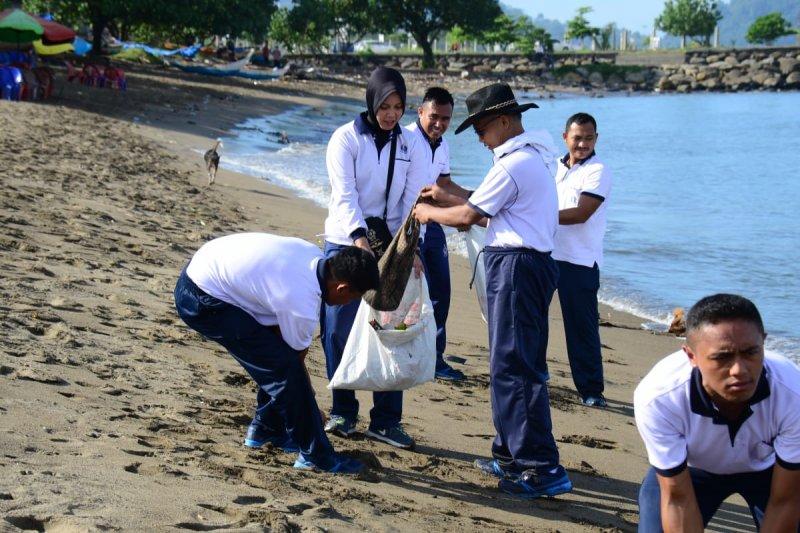 Bersih-bersih Pantai Muaro Lasak-Padang digelar Lantamal II