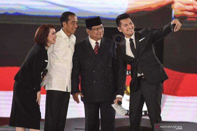 Capres nomor urut 01 Joko Widodo dan capres nomor urut 02 Prabowo Subianto berfoto bersama dengan moderator usai mengikuti debat capres putaran keempat (ANTARA FOTO/Hafidz Mubarak A)