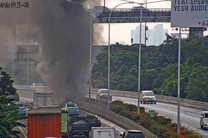 Kebakaran di kolong Tol Pluit, lalin menuju Bandara dialihkan