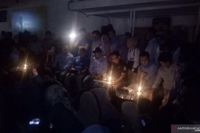 Lampu Tempat Nobar Dimatikan, Sandiaga Uno Nonton Debat Lewat Streaming