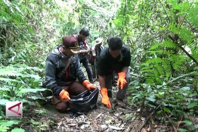 Relawan bersihkan setengah ton sampah di Gunung Salak