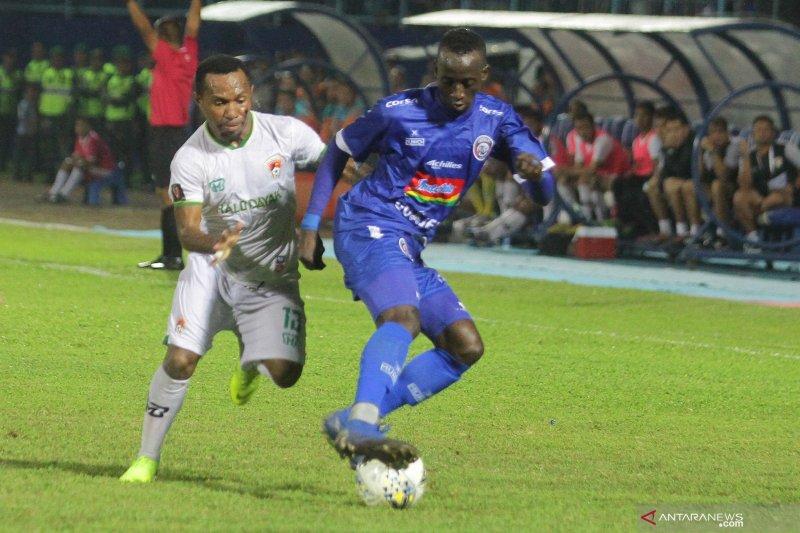 10 pemain PSIS  imbangi Arema FC 1-1