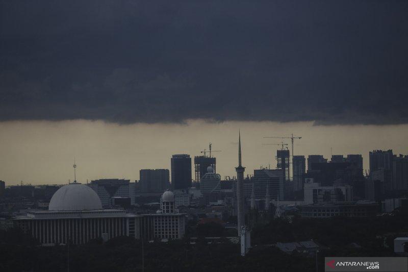 Waspada, hujan angin diprediksi turun siang hari di tiga wilayah DKI