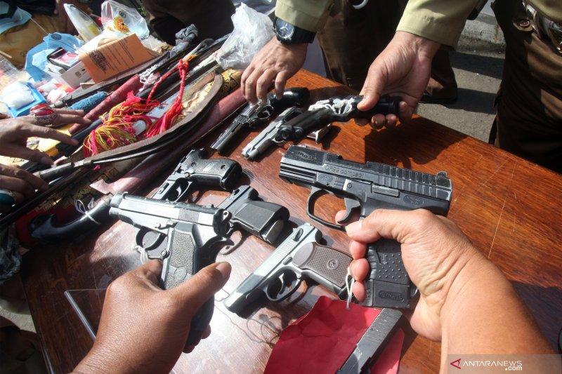 Kejari Depok musnahkan barang bukti kejahatan senjata api dan uang palsu