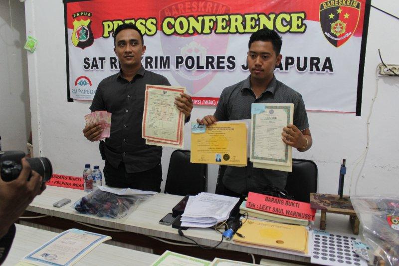 Polisi tangkap dua pelaku pembuat ijazah palsu di Sentani