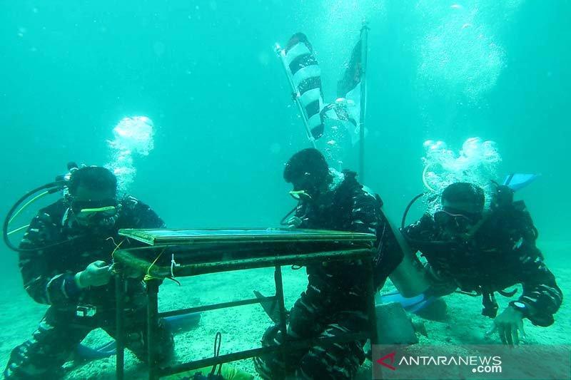 Upacara anti korupsi TNI AL di bawah laut