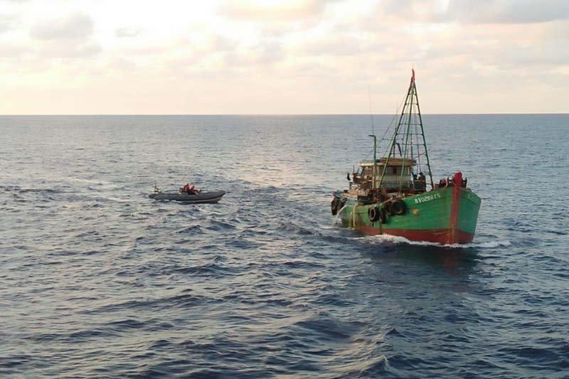 KRI Usman Harun-359 Amankan Dua Kapal Vietnam Saat Keruk Kekayaan Laut Indonesia