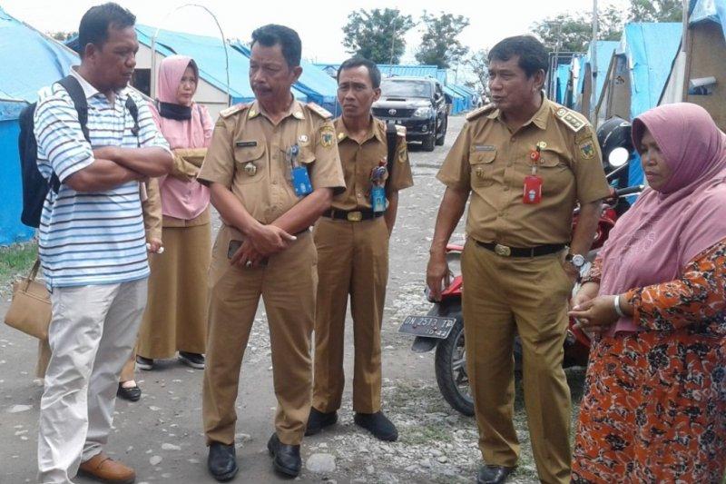 Kadis KP Sulteng Hasanuddin Atjo (kedua kanan) didampingi Kabid Perikanan Budidaya Yunber Bamba (kedua kiri) saat berdialog dengan pemilik UMKM baberi, calon penerima bantuan DKP Sulteng.