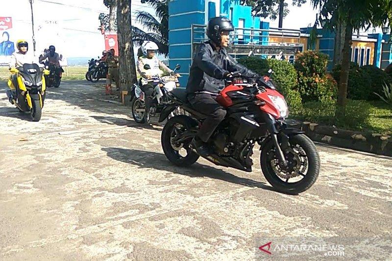 Ganjar kendarai sepeda motor cek UNBK di SMAN 1 Maos (VIDEO)