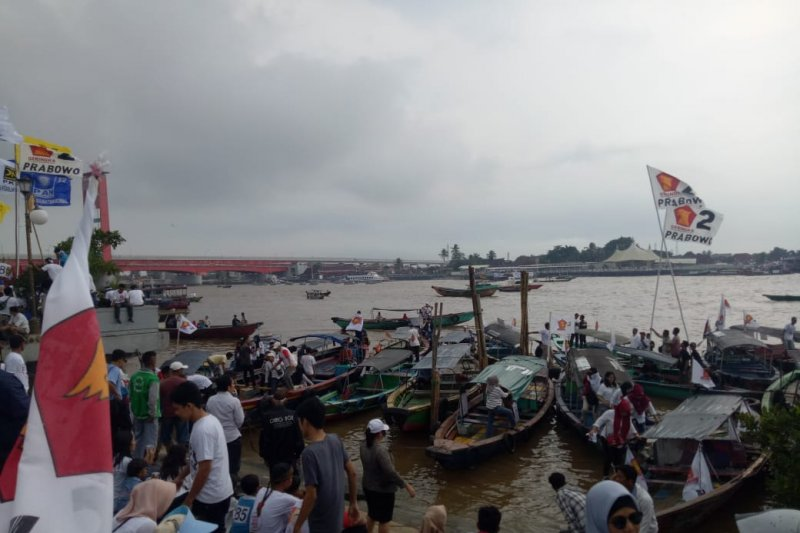 Ribuan peserta kampanye akbar Prabowo datang naik perahu