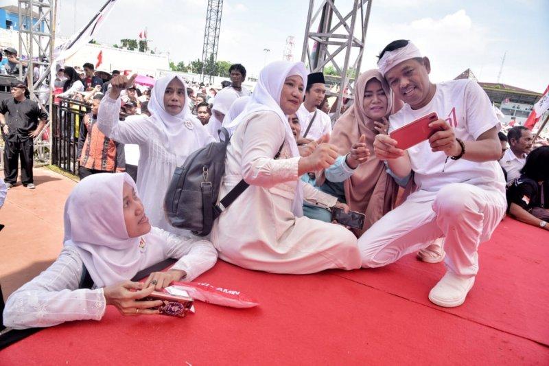 Dedi Mulyadi diserbu pendukung pasangan Jokowi-Amin