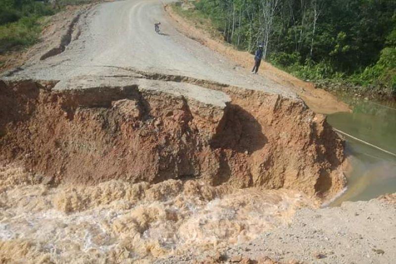 Jalan paralel Entikong longsor, lumpuhkan tiga desa perbatasan