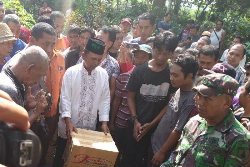 Keluarga makamkan bagian tubuh korban mutilasi Kediri