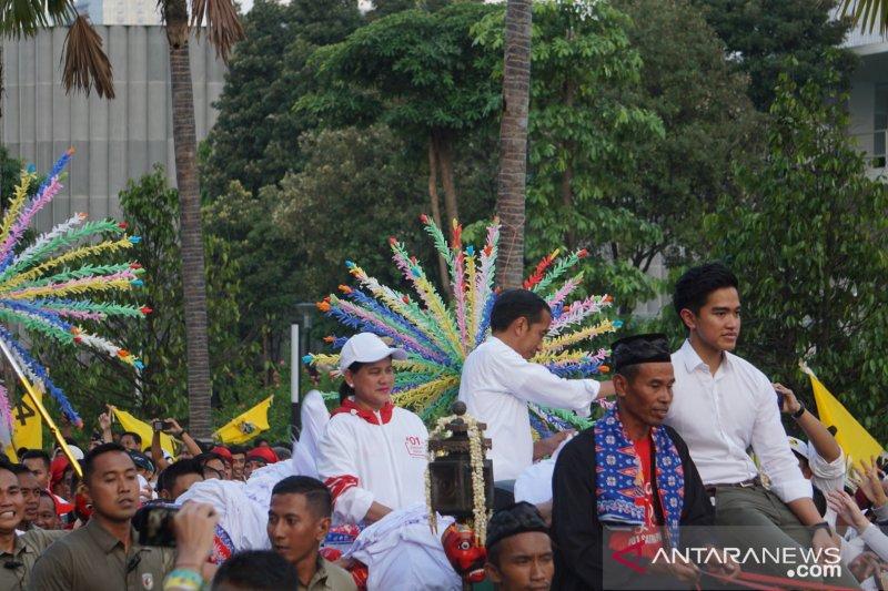 Jokowi, Iriana, dan Kaesang menuju Fairmont tumpangi kereta kencana