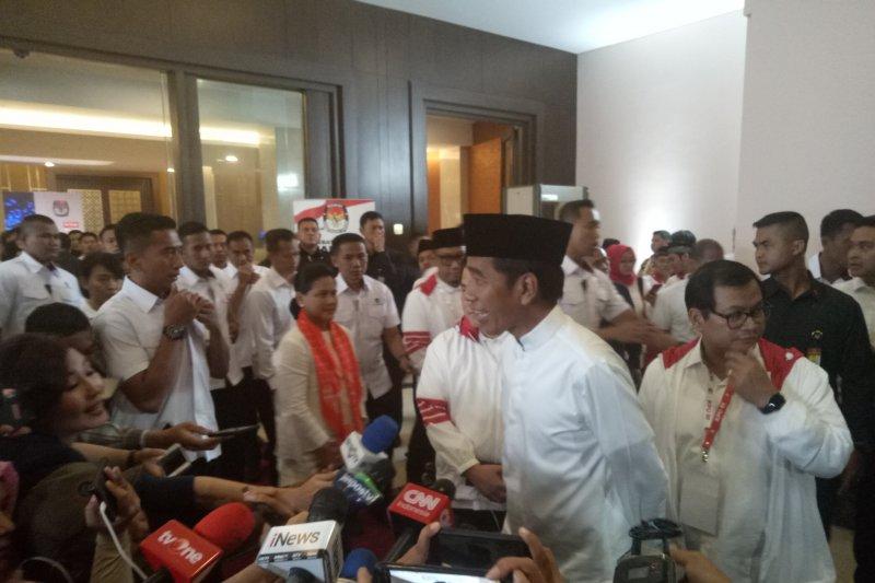 Jokowi mengangguk ketika ditanya akan Umroh