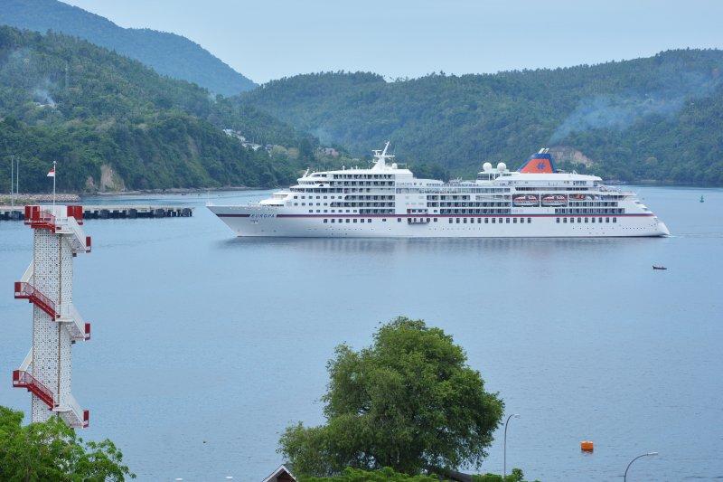 Kapal pesiar MS Europa sandar di Indonesia