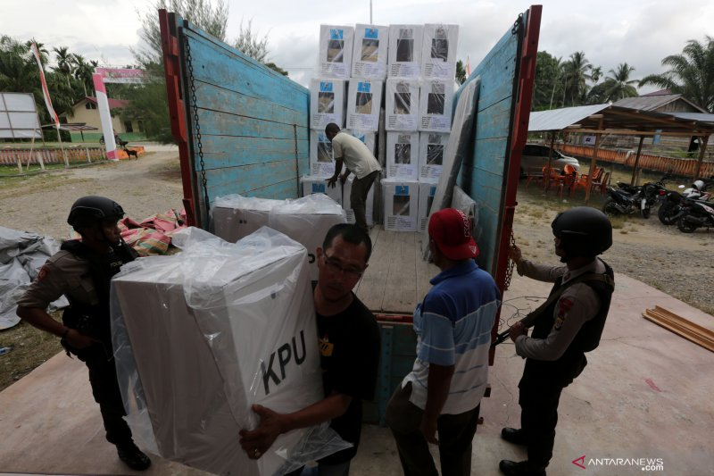 Cuaca Ekstrem tak Surutkan Semangat KPU Salurkan Logistik ke Pulau Seribu