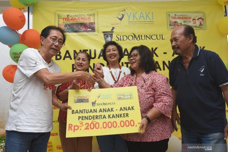 Sido Muncul donasi untuk anak penderita kanker