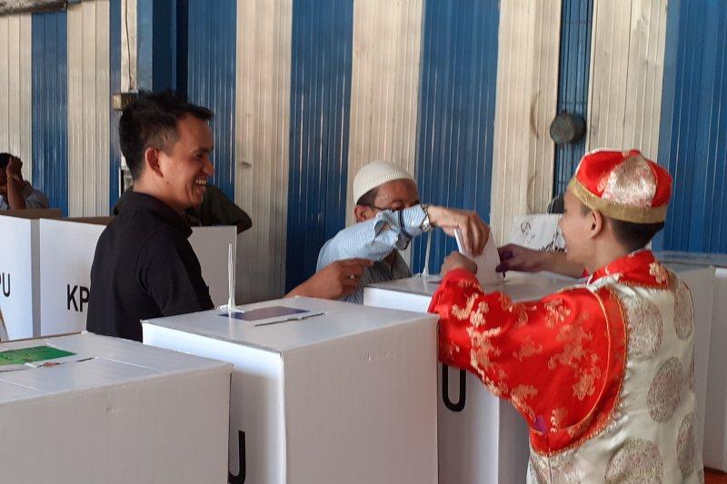 Pakaian Adat Minang Tionghoa India Dikenakan Petugas Tps Di Padang