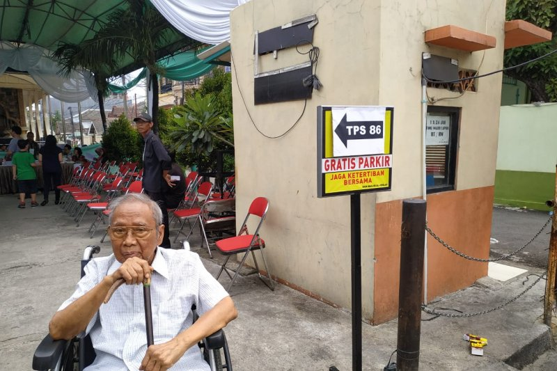 Soemarto (94) berkursi roda ikut coblos di TPS 086 Koja