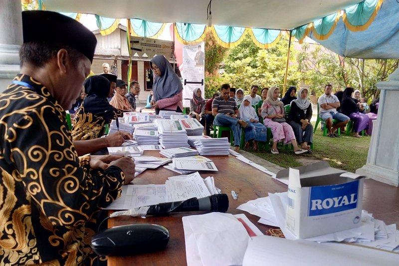 Pemilih di TPS 12 Umban Sari dihibur lantunan keroncong sambil nyoblos