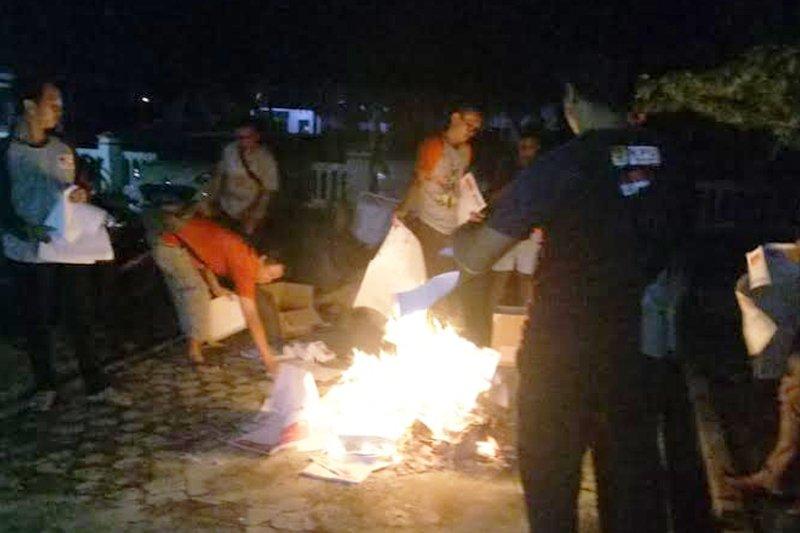 KPU Kapuas bakar 6.973 surat suara rusak dan kelebihan