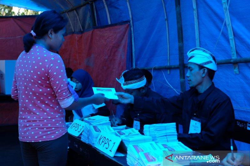 Petugas di TPS korban gempa Lombok gunakan pakaian adat Sasak