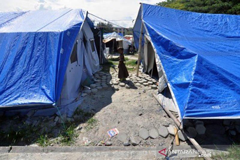 Korban gempa masih di tenda