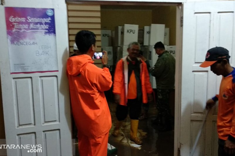 Banjir di Palabuhanratu rendam tempat penyimpanan logistik pemilu