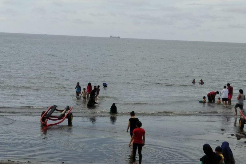 Pengunjung objek wisata pantai di Makasar melonjak pada hari libur
