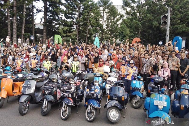 Puluhan perempuan berkebaya naik vespa peringati Hari Kartini