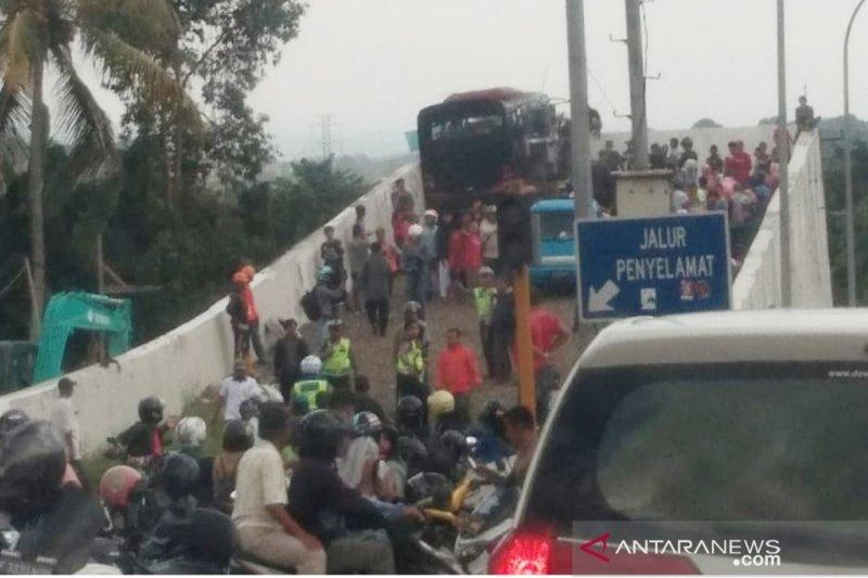 Polisi : Sehari dua bus rem blong di jalur puncak, 15 orang terluka