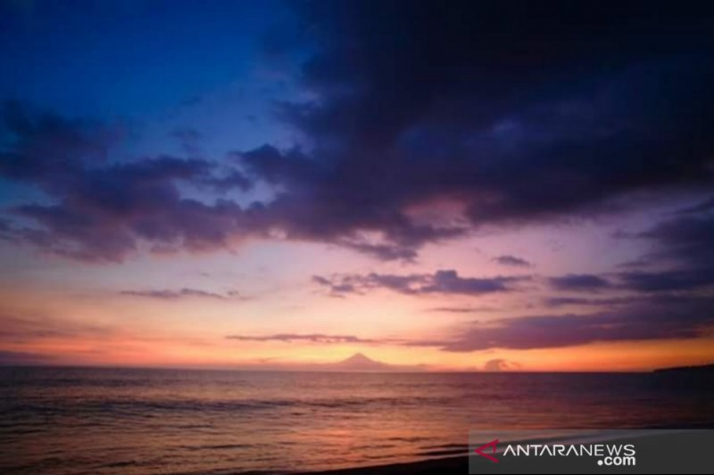 """Menikmati """"sunset"""" sambil makan, ada di Pantai Tanjung Bias"""