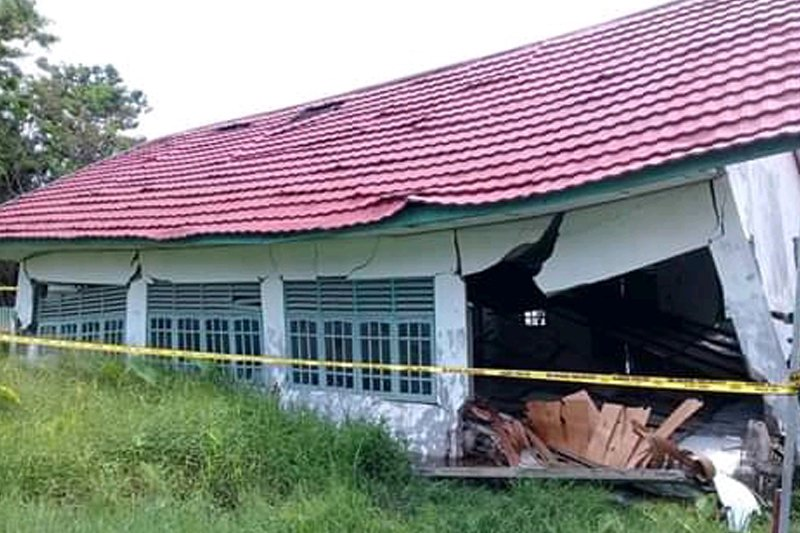Dihantam angin kencang, bangunan penyimpanan logistik hasil Pemilu di Kapuas ambruk