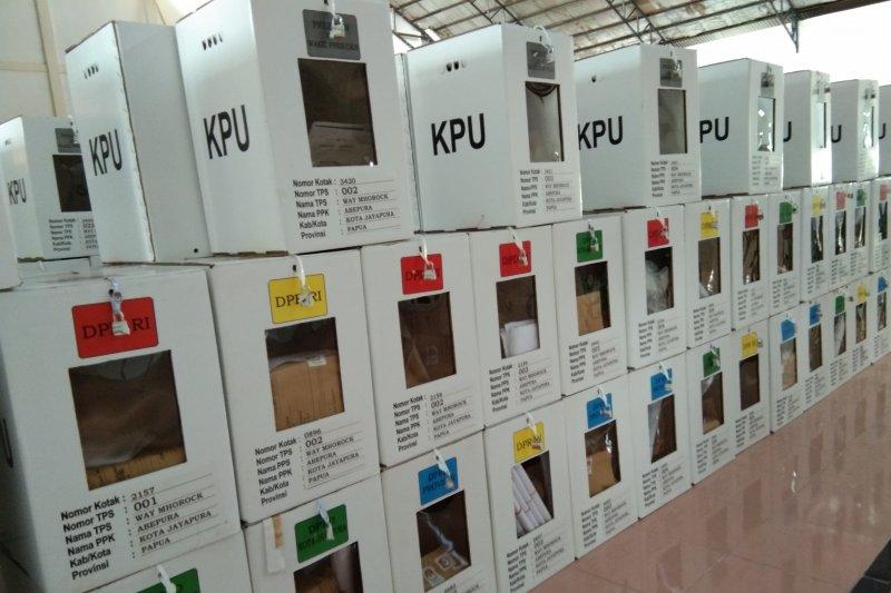 Total kotak suara yang rusak pasca ambruknya bangunan tempat penyimpanan logistik Pemilu