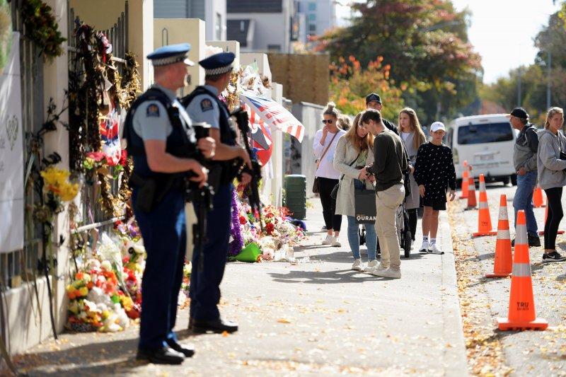 Selandia Baru kejar penembak dua polisi saat razia rutin