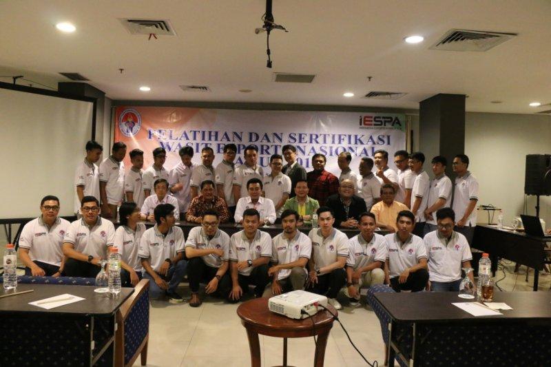 Wasit esport mendapat pelatihan dan sertifikasi di Jakarta