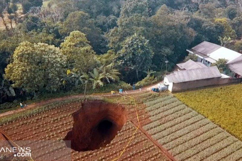 Lubang raksasa ini tiba-tiba muncul di Sukabumi