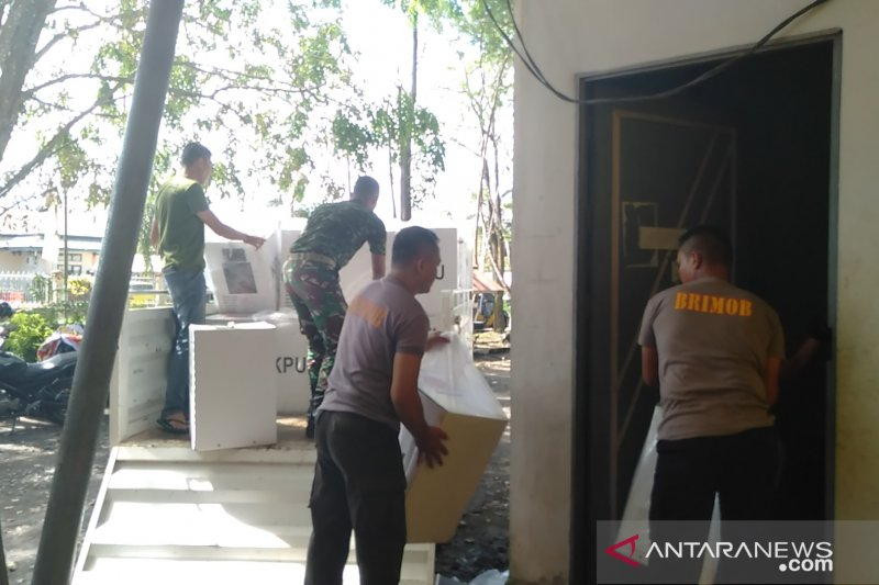TNI-Polri bantu KPU Singkawang pindahkan kotak suara