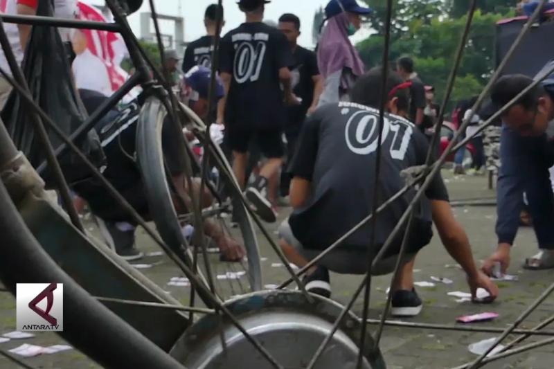Usai kampanye, pasukan onthel punguti sampah