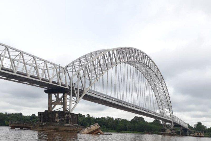 Tongkang dilarang melintas usai fender Jembatan Kalahien ambruk
