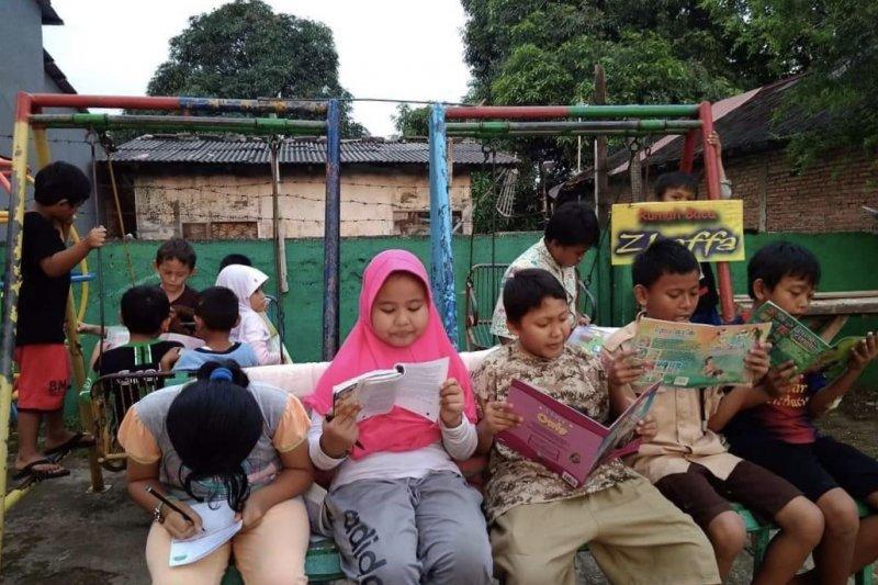 Taman baca pasang aneka taktik untuk menarik anak-anak
