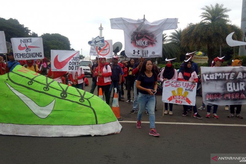 Buruh perusahaan Nike tuntut upah layak  dan kecam tindakan semena-mena