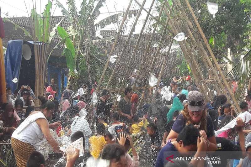 "Warga menggelar tradisi ""Bajong Banyu"" sambut Ramadhan"