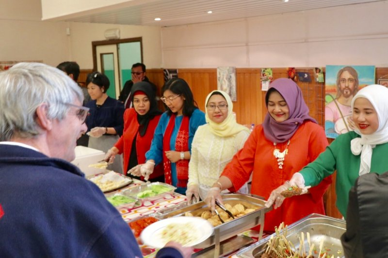 Mengajak tunawisma di Brussel makan siang  ala  Indonesia