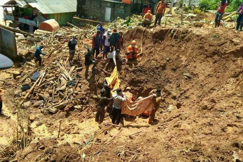 Dua warga Pulau Matasiri Kalsel dievakuasi dari timbunan longsor